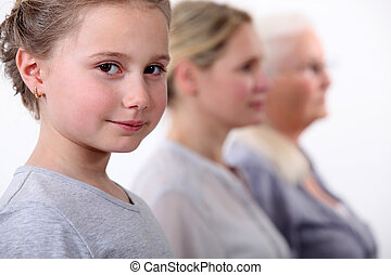 petite fille, à, mère, et, grand-mère, faire queue