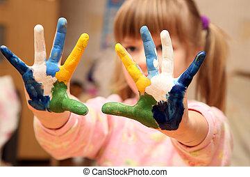 petite fille, à, mains, dans, peinture