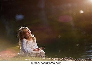 petite fille, à, stylo disposition, est, s'asseoir herbe, a, jour ensoleillé