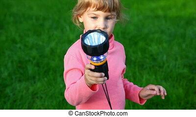 petite fille, à, torche électrique, dans parc