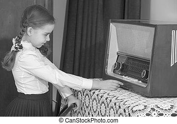 petite fille, écoute, vieux, radio.