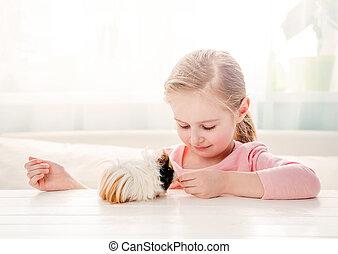 petite fille, alimentation, elle, cochon inde