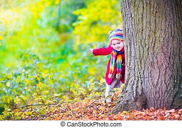 petite fille, amusant, dans, une, automne, parc