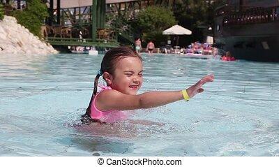 petite fille, amusant, swimmin