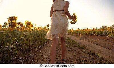 petite fille, appareil photo, vitesse, mouvement, lent, sunset., élevé, champ, courant, blé, croix