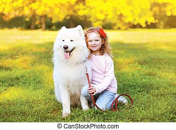 petite fille, avoir, heureux, amusement dehors, chien