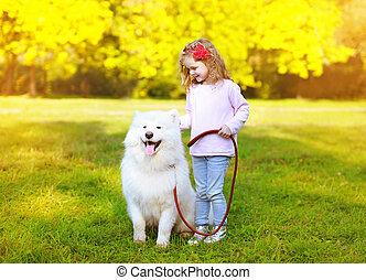 petite fille, avoir, heureux, amusement, positif, dehors, chien