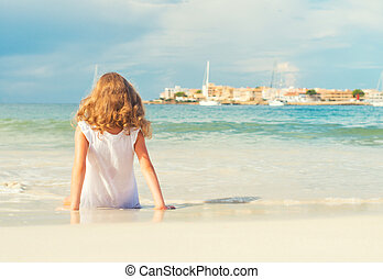 petite fille, bains de soleil, près, les, sea.