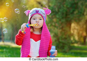 petite fille, bulles, savon, souffler