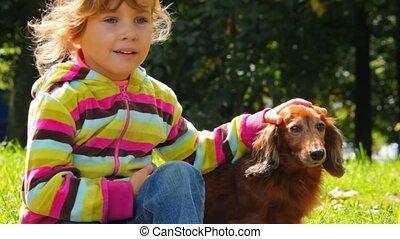 petite fille, caresser, chien, dans parc, closeup