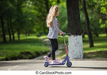 petite fille, cavalcade, park., blond, scooter