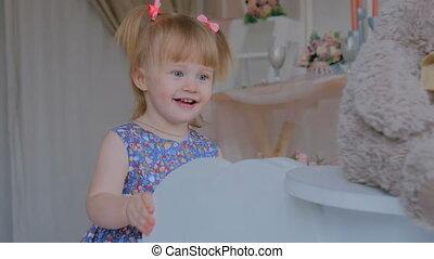 petite fille, cheval bois, jouer, balancer, blanc