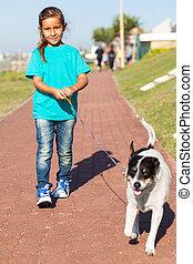 petite fille, chien marche