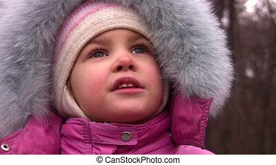petite fille, conversation, dans, hiver, parc, closeup