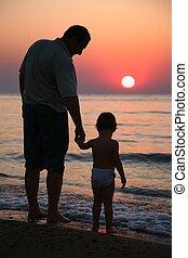 petite-fille, coucher soleil, mer, grand-père
