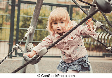 petite fille, cour de récréation