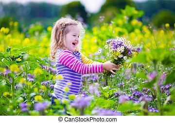 petite fille, cueillette, fleurs sauvages, dans, a, champ