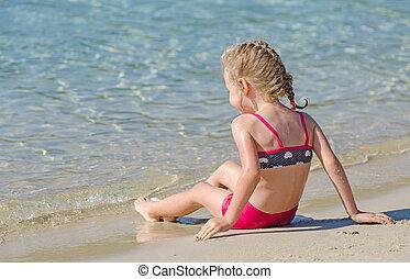 petite fille, délassant, près, les, ocean.