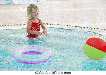 petite fille, dans eau, piscine, à, a, balle