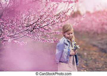 petite fille, dans, fleurs sauvages, couronne, marche, sur, route, pieds nue