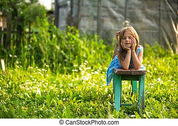 petite fille, dans, les, yard, de, a, maison pays