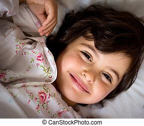 petite fille, dans lit
