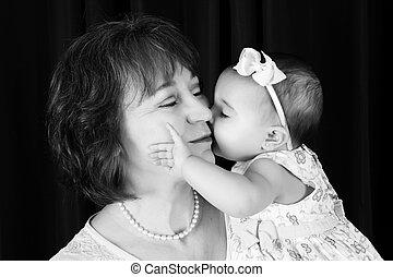 petite-fille, donner, joue, grand-mère, baiser, bébé