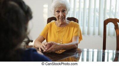 petite-fille, et, grand-maman, jouer, tours magie, à, cartes, chez soi
