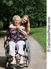petite-fille, fauteuil roulant, personne âgée femme, elle