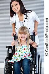 petite fille, fauteuil roulant, sourire, séance