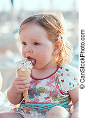petite fille, glace-crème mangeant