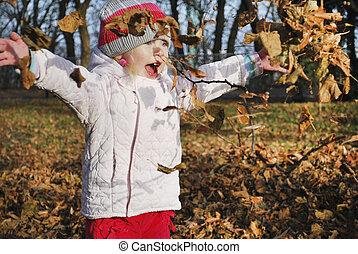petite fille, jets, feuilles, parc, automne