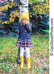 petite fille, jouant peau cycle recherche, dans, forêt automne