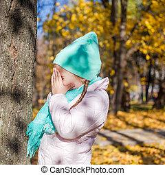 petite fille, jouant peau cycle recherche, dans, les, forêt automne