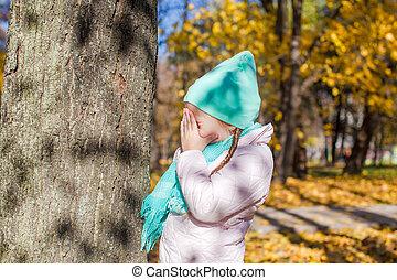 petite fille, jouant peau cycle recherche, près, les, arbre, dans, forêt automne