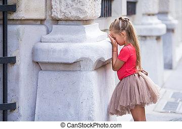 petite fille, jouant peau cycle recherche, sur, rue, dans,...