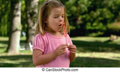 petite fille, jouer, bulles