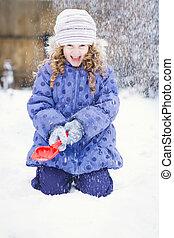 petite fille, jouer, dans, les, neige, à, a, shovel.