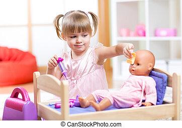 petite fille, jouer, docteur, à, elle, nouveau-né, poupée, dans, salle