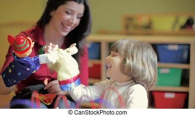petite fille, jouer, jardin enfants, prof, femme, séquence