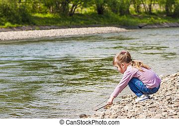 petite fille, jouer, près, les, rivière