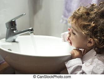 petite fille, lavage, elle, figure