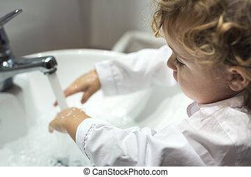 petite fille, lavage, elle, mains