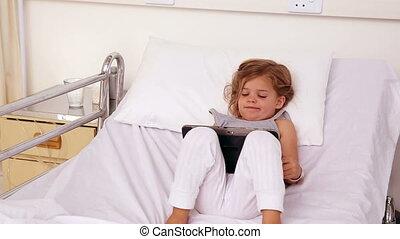 petite fille, lit, hôpital, mensonge
