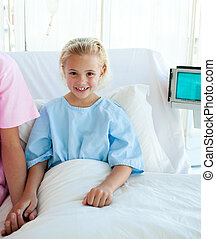 petite fille, lit, malade, hôpital