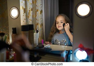 petite fille, maquillage, apprécie, miroir