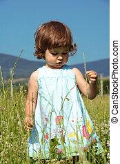 petite fille, marche, pré