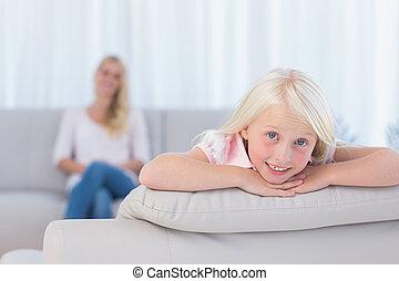 petite fille, mensonge, divan