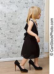 petite fille, mesures, mère, chaussures, talons