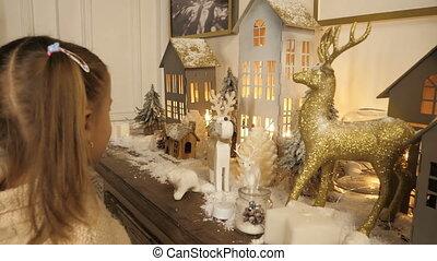 petite fille, mignon, noël, regarder, decorations.
